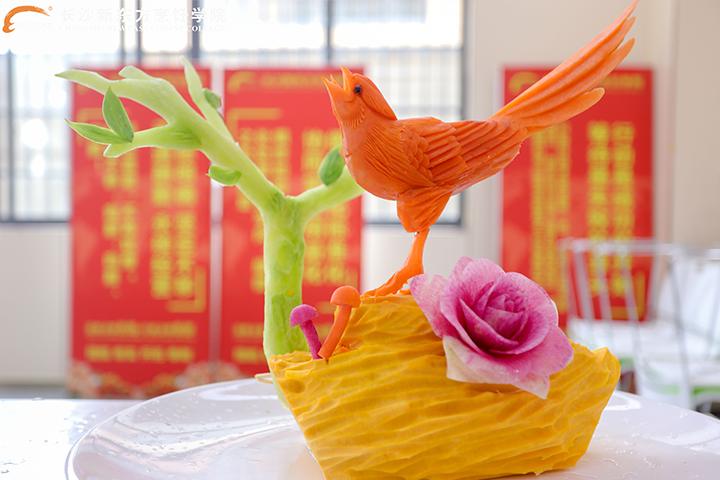 <b>说起食品雕刻,我只服新东方烹饪学校的学生!</b>