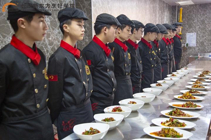 <b>到新东方烹饪学校学厨师要多少钱?</b>