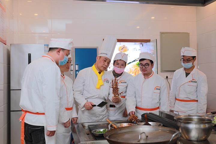 <b>小吃创业培训班,新东方烹饪学校教你整套技术与配方传授!</b>