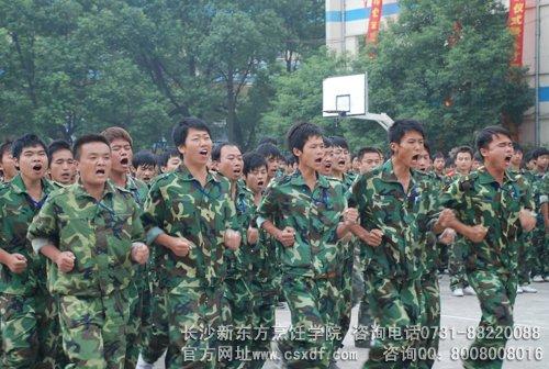 军训带给孩子是什么?一种人生体验,一种自我挑战,一种意志磨练.