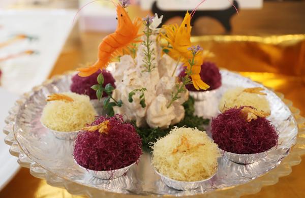 花式冷拼,荷花、迎客松,惟妙惟肖;飘香的蛋糕、面包,应有尽有;