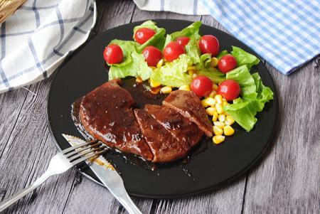 解冻牛排的同时,我们可以先做沙拉