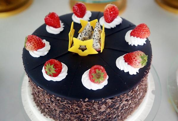 颜色鲜艳的欧式水果裱花蛋糕