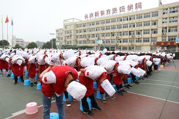 同学们纷纷为辛勤付出的老师深深鞠躬