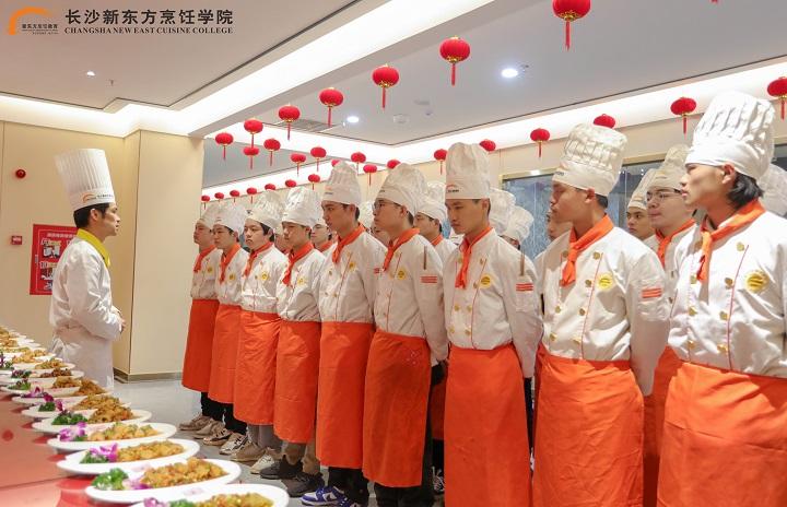 初中生来长沙新东方烹饪学校学厨师