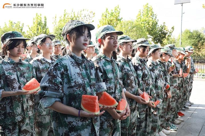 长沙新东方军训暖心一刻:西瓜送清凉,关怀暖人心